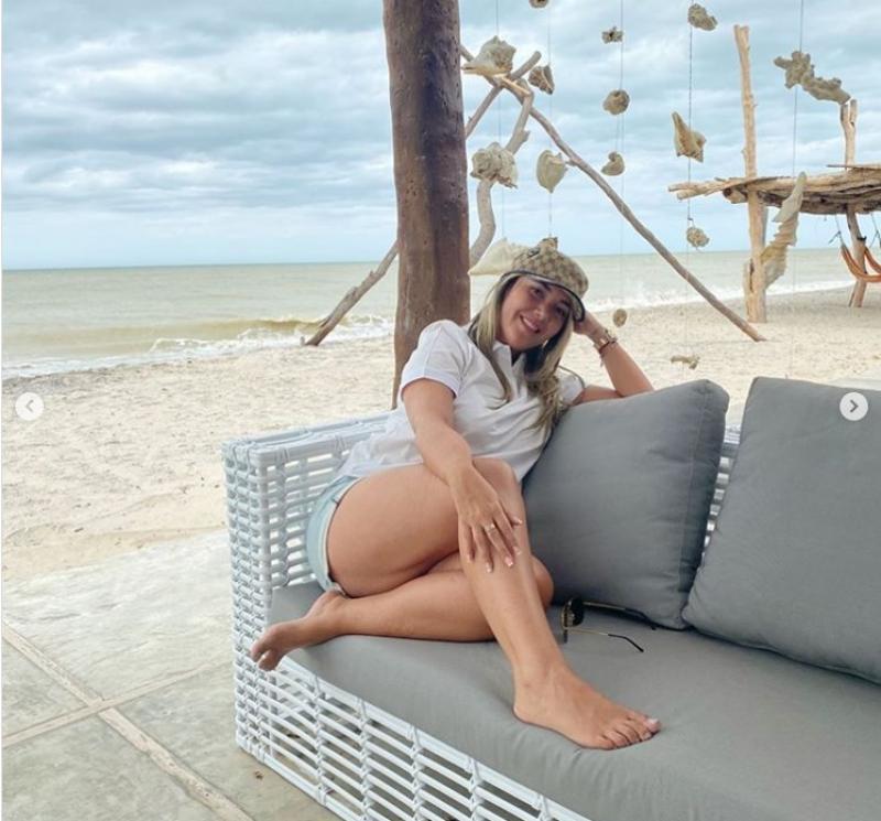 Con Un Short En La Playa, Dayana Jaimes Dejó Ver Sus Lindas Piernas