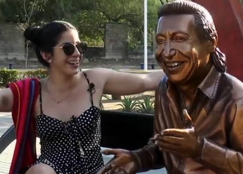 Al Monumento De Diomedes Díaz Acuden Porque Supuestamente Ayuda A Que Queden Embarazadas