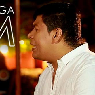 Alex Manga hace el lanzamiento...